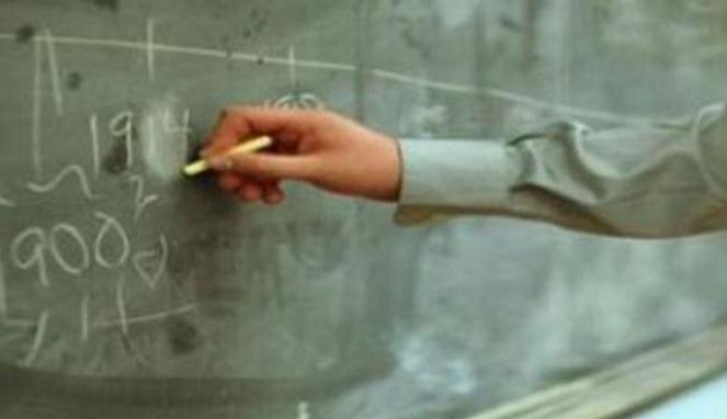 Hasil gambar untuk guru menulis dipapan tulis